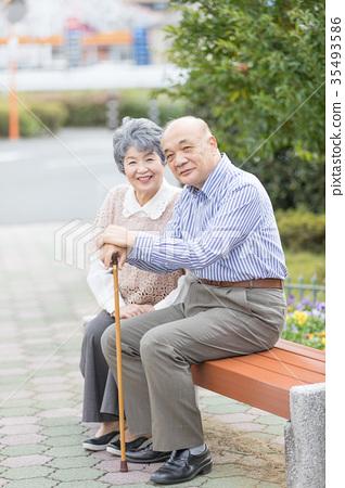 คู่รักอาวุโสโอชิโดริเดินเล่นในเมือง 35493586