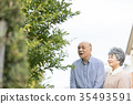 คู่รักอาวุโสโอชิโดริเดินเล่นในเมือง 35493591