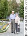 คู่รักอาวุโสโอชิโดริเดินเล่นในเมือง 35493594