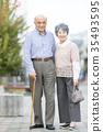 คู่รักอาวุโสโอชิโดริเดินเล่นในเมือง 35493595