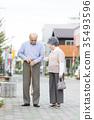 คู่รักอาวุโสโอชิโดริเดินเล่นในเมือง 35493596