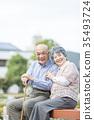 คู่รักอาวุโสโอชิโดริเดินเล่นในเมือง 35493724