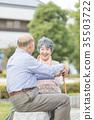 คู่รักอาวุโสโอชิโดริเดินเล่นในเมือง 35503722