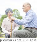 คู่รักอาวุโสโอชิโดริเดินเล่นในเมือง 35503734
