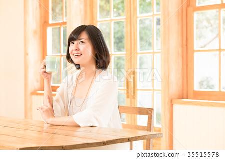 一个女人喝咖啡 35515578