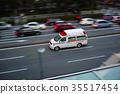 간선 도로를 달리는 구급차 35517454