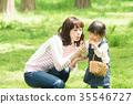 พ่อแม่และเด็กเล่นในสวนสาธารณะ 35546727