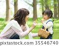 พ่อแม่และเด็กเล่นในสวนสาธารณะ 35546740