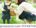 พ่อแม่และเด็กเล่นในสวนสาธารณะ 35546748