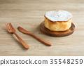 테이블에 둔 스폰지 케이크 포크 나이프 35548259