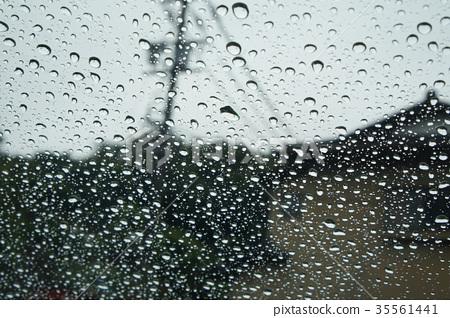 水滴在窗戶上 35561441