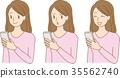 ผู้หญิงที่ดูสมาร์ทโฟน 35562740