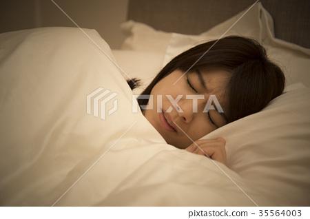 Sleepless women 35564003