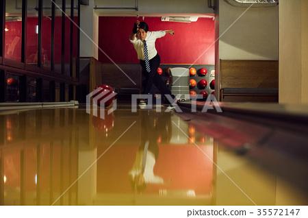 Men who do bowling 35572147