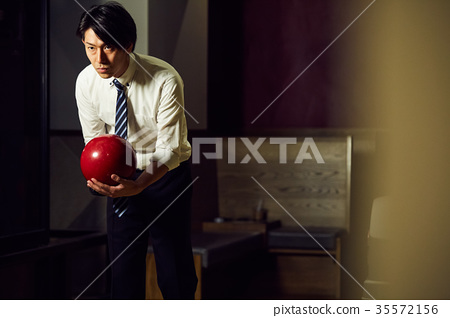 Men who do bowling 35572156