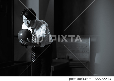 打保齡球的男人 35572213