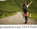 女背包客漫步肖像 35572599