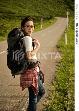 女背包客漫步肖像 35572600