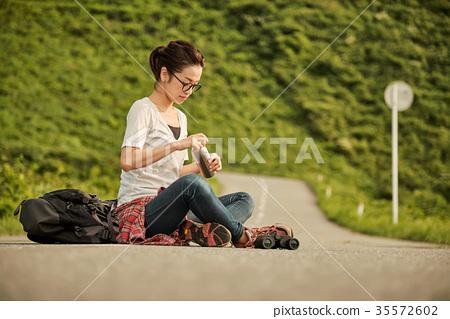 一個年輕成年女性 女生 女孩 35572602