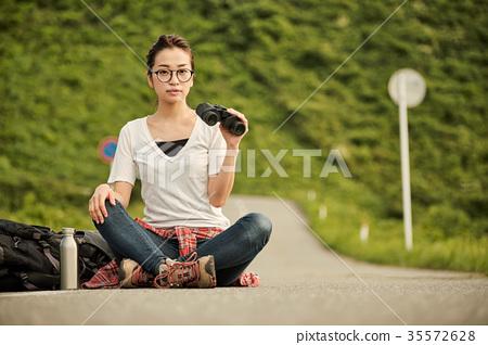 一個年輕成年女性 女生 女孩 35572628
