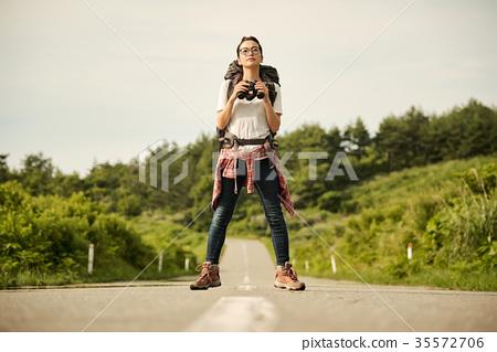 一個年輕成年女性 女生 女孩 35572706