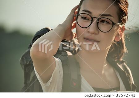 人物 成熟的女人 一個年輕成年女性 35572743