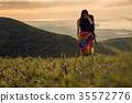 女人背包客去草地上 35572776