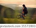 女人背包客去草地上 35572803