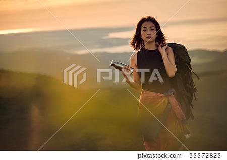 成熟的女人 一個年輕成年女性 女生 35572825