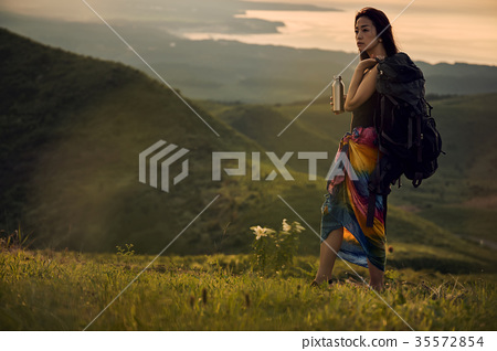 女人背包客去草地上 35572854