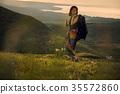女人背包客去草地上 35572860