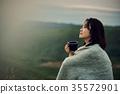 放鬆在湖的女性背包徒步旅行者 35572901