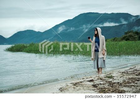 女背包客湖邊茶時間 35572947