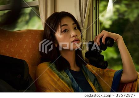 火車的女性背包徒步旅行者 35572977