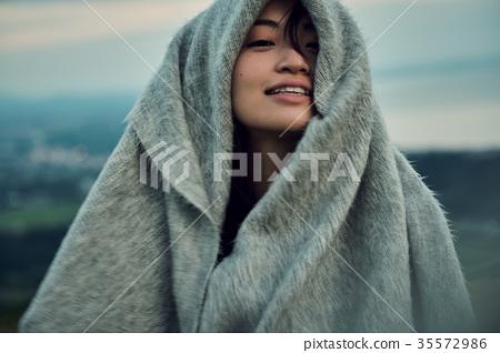 婦女背包徒步旅行者湖邊畫象 35572986