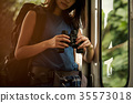 火車的女性背包徒步旅行者 35573018