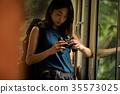 火車的女性背包徒步旅行者 35573025