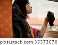 火車的女性背包徒步旅行者 35573070