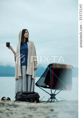 女背包客湖邊茶時間 35573145