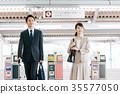นักธุรกิจชายและหญิงความร่วมมือการถ่ายภาพรถไฟ· Keio Electric Railway Co. , Ltd. 35577050
