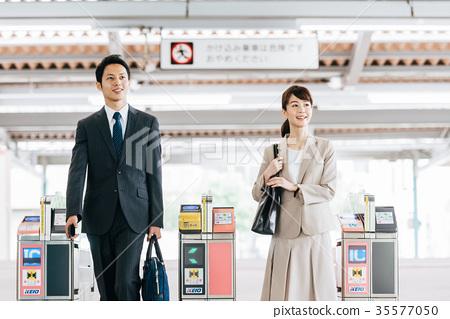 비즈니스 남녀 전철 촬영 협조 · 게이오 전철 주식회사 35577050