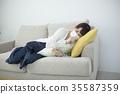감기에 寝込む 여성 컨디션 불량 35587359