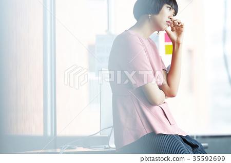 人 成熟的女人 一個年輕成年女性 35592699