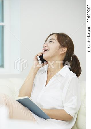 젊은여자,핸드폰,통화 35609203