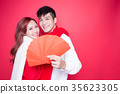 couple holding red envelope 35623305