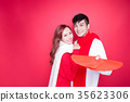 couple holding red envelope 35623306