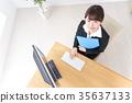 一个在办公室办公桌的女人 35637133
