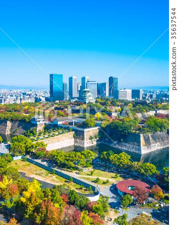 在秋天和摩天大楼大厦的大阪城堡 35637544
