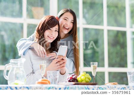 一位年輕女士(智能手機) 35675961