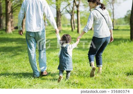 공원에서 노는 부모와 자식 35680374